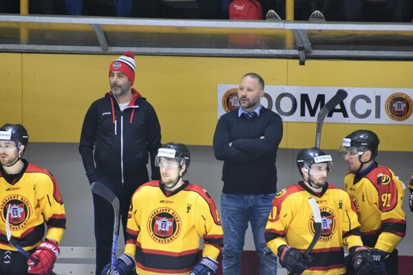 Tréner Ľubomír Hurtaj (v strede so založenými rukami).