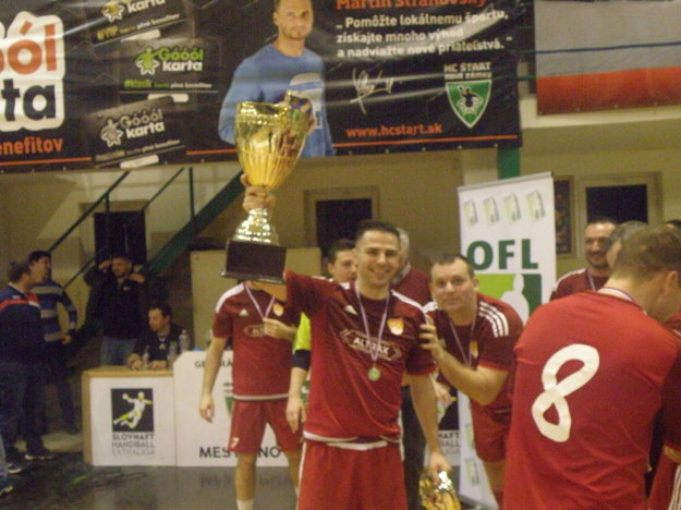 S pohárom kapitán víťazného mužstva ALTRAX Štefan Gelle