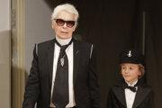 Karl Lagerfeld,  vpravo detský model značky Chanel Hudson Kroenig počas módnej prehliadky jesennej kolekcie značky Chanel.
