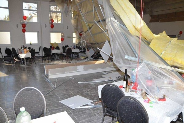 Možnou príčinou sú podľa šéfa stavebnej firmy staré pórobetónové stropy a nevykurovaná premrznutá budova.