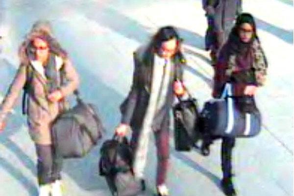 Na snímke britské školáčky, zľava Amira Abase (15),  Kadiza Sultana (16), Shamima Begum (15) na londýnskom letisku Gatwick.