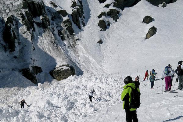 Zasypaných lyžiarov hľadalo zhruba 250 záchranárov, štyri vojenské vrtuľníky a desiatka pátracích psov.