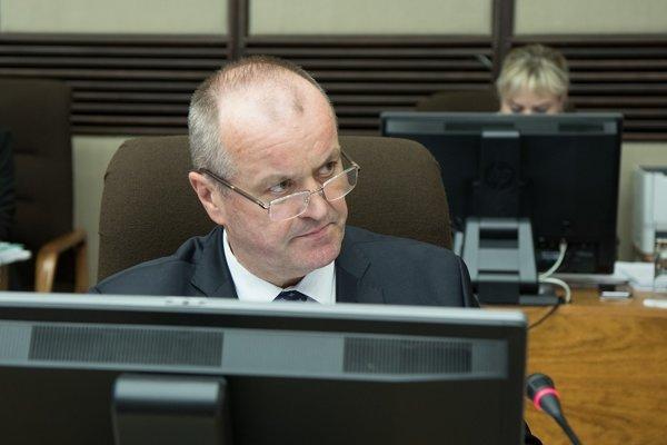 Minister obrany SR Peter Gajdoš počas rokovania 142. schôdze vlády.