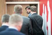 """Komisárka zdôraznila """"kľúčovú úlohu"""" slovenských verejných činiteľov pre vytvorenie priaznivého prostredia pre novinárov. (Na snímke je exminister vnútra Robert Kaliňák s kolegami zo strany Smer)"""