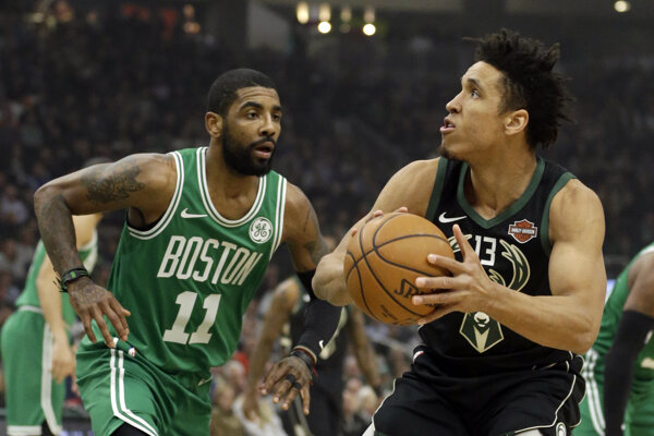 Kyrie Irving (vľavo) z Bostonu Celtics v zápase proti Milwaukee Bucks.