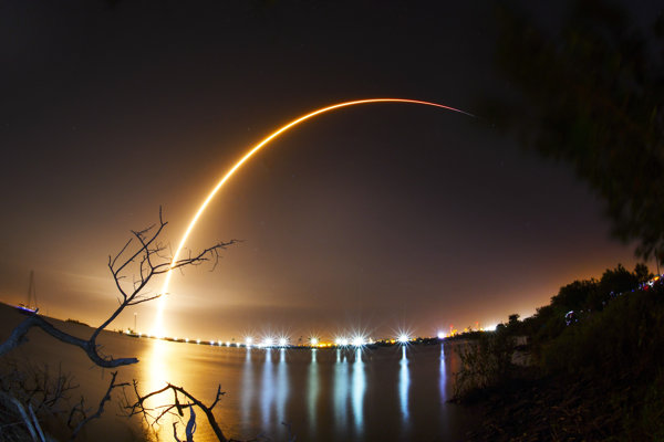 Záber z piatkového skorého štartu rakety Falcon 9, ktorý vyniesol do vesmíru izraelskú sondu.