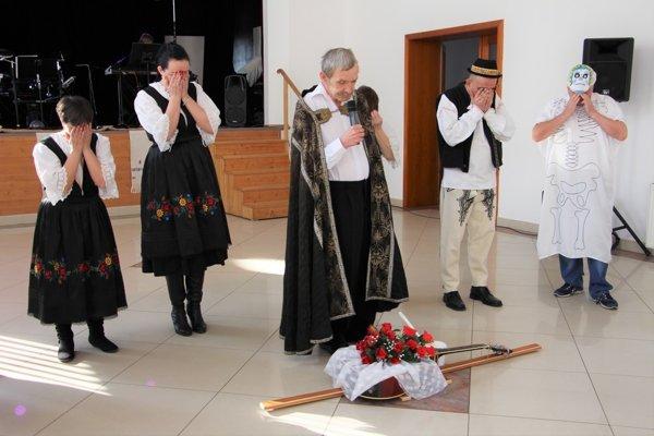 Predposlednou aktivitou medzinárodného projektu bola v tretí februárový utorok Fašiangová zábava v priestoroch Kultúrneho domu v Pruskom, ktorej sa zúčastnili všetci partneri projektu, zamestnanci i klienti spolupracujúcich zariadení.