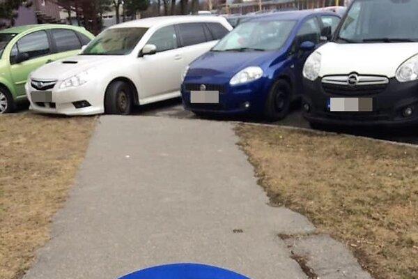 Mamičky s kočíkom sa pomedzi autá skrátka nedostanú. Chodník končí v parkovisku.
