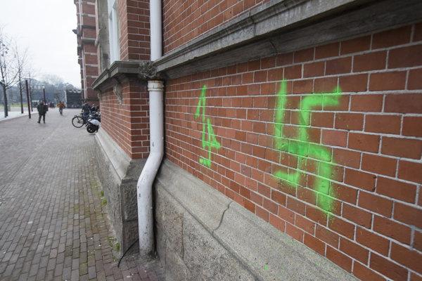 Vandali nastriekali svastiky na budovy v Amsterdame.