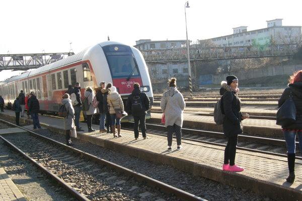 Lávka vedia nad železničnou traťou.