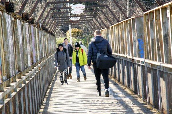 Lávka spája Staré mesto s Čermáňom, vedie ponad železničnú trať.