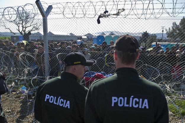Slovenskí policajti strážia macedónsku-grécku hranicu.