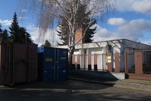 Hoci škôlku vysťahovali ešte v lete, s jej obnovou sa doteraz nezačalo.