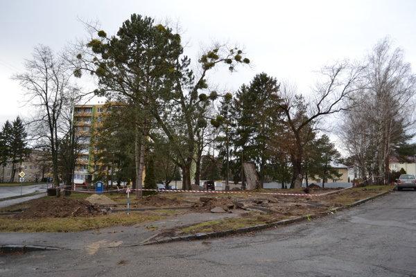 Revitalizácia parčíka na Ulici osloboditeľov je terčom kritiky. Stromy tam vyrúbali bez povolenia.