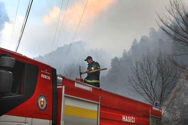 Vo Vysokých Tatrách horí les.