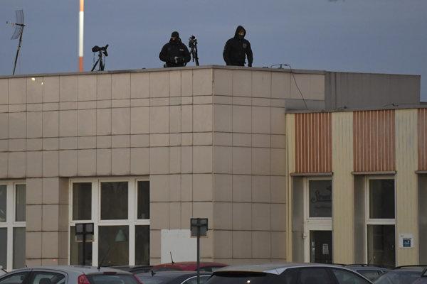 Na snímke policajti - ostreľovači na košickom letisku počas príletov prezidentov na stretnutie zástupcov krajín tzv. Bukurešťskej deviatky.