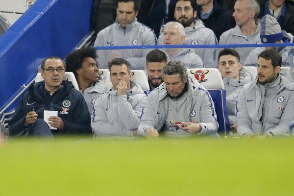 Kepa Arrizabalaga (druhý sprava) na lavičke náhradníkov v zápase proti Tottenhamu.