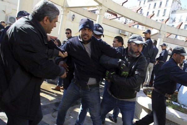 Zásah alžírskej polície v priebehu demonštrácie proti cenzúre.