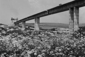 Na archívnej snímke zo 6. júla 1989 diaľničný viadukt pri Hybiach.  Budovaný mostný objekt má po dokončení dĺžku 578 metrov s najväčšou výškou nad terénom 31 metrov a je smerovo zakrivený. Viadukt začali montovať v roku 1988 v apríli, pričom využívajú technológiu i technologické zariadenia, ktoré sa osvedčili pri budovaní obdobného diela pri Podturni.
