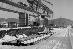 Na archívnej snímke z 29. decembra 1979 najdlhšie premostenie na D1 v ČSSR v Podturni.