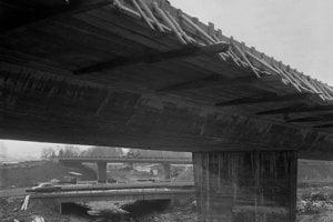 Na archívnej snímke z 21. novembra 1974 výstavba 22 kilometrového úseku diaľnice Ivachnová - Liptovský Mikuláš - Liptovský Ján.