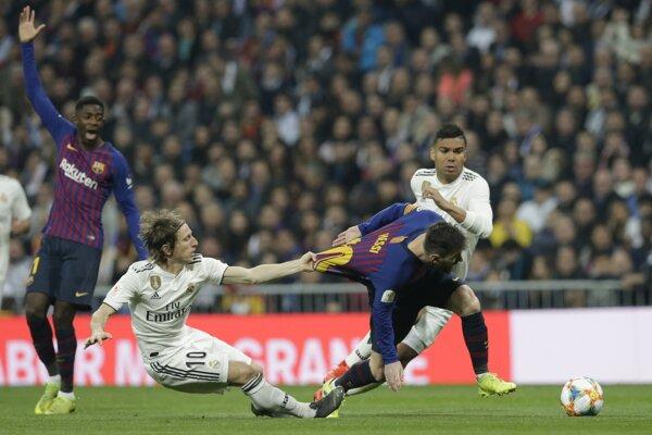 Ilustračná fotografia zo zápasu Real Madrid - FC Barcelona, Luka Modrič ťahá za dres Lionela Messiho.