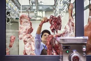 Priamo v prevádzke sa z čerstvého mäsa vyrábajú párky či šunka.
