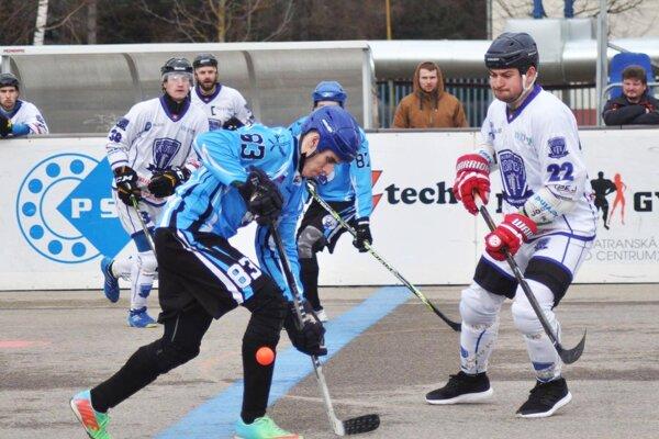 Momentka zo zápasu Považská Bystrica - Nitra. V modrom drese Lukáš Tábi (83), ktorý prispel v nedeľu k víťazstvu v Pruskom.