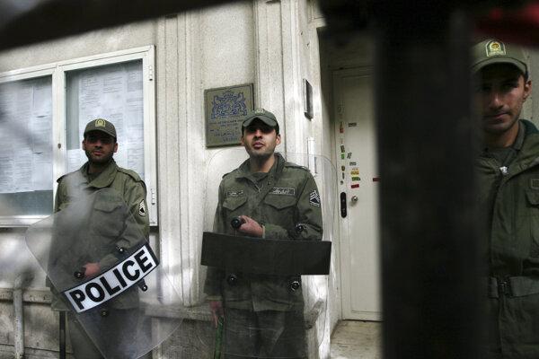 Dvoch zamestnancov holandského veľvyslanectva v Teheráne vyhostili.