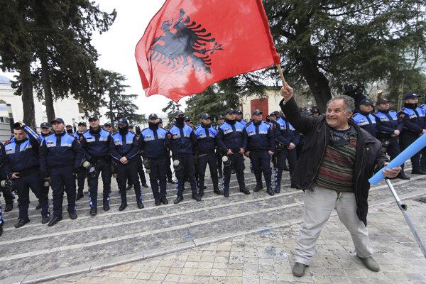 Podporovatelia opozície požadujú odstúpenie vlády a predčasné voľby.
