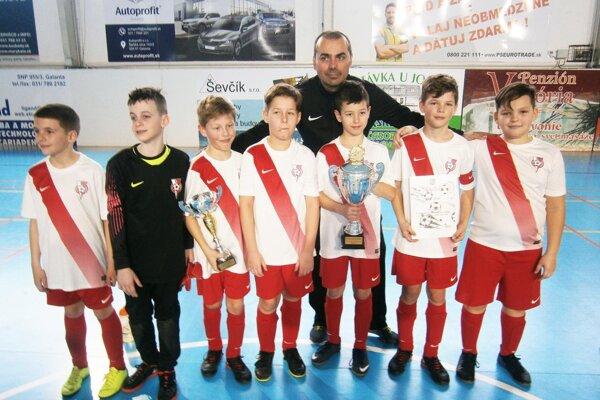 Víťazný tím Sereď A s trénerom Petrom Kollárovičom.