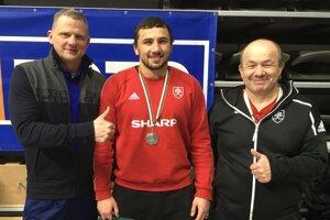 Zľava prezident ZK Košice Ján Tokár ml., Boris Makojev a jeho otec i tréner Achsar sa tešia z bronzovej medaily.