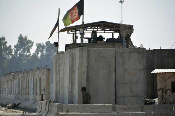 Stráž pri letisku Džaalalabáde po útoku na stavenú firmu.