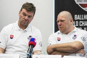 prezident SHbÚ Jozef Stümpel a tréner ženskej hokejbalovej reprezentácie Marián Hambálek.