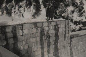 Vždy sa našli odvážlivci, ktorí sa prechádzajú po múre tajchu.