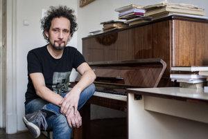 Vladimír Zvara (47) od roku 2007 vedie Katedru muzikológie Filozofickej fakulty UK, kde vyučuje dejiny opery, dejiny hudby 19. a 20. storočia a hudobnú estetiku. Bol dramaturgom Opery Slovenského národného divadla, aktuálne je členom Umeleckej rady SND. Podieľa sa na medzinárodných vedeckých projektoch, pôsobí ako publicista, editor a prekladateľ.