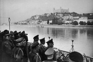 Hitler si z druhého brehu Dunaja obzerá Bratislavu, ktorá sa stala hlavným mestom vojnového štátu.