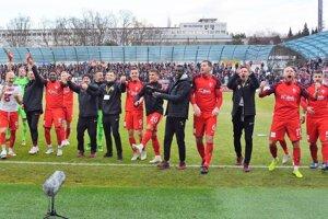 Seredskí futbalisti oslavujú postup do prvej šestky!