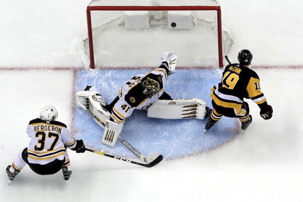 Jared McCann (vpravo) z Pittsburghu Penguins prekonáva slovenského brankára Bostonu Bruins Jaroslava Haláka.