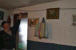 Jozef Varga ukazuje na trhliny v stene.