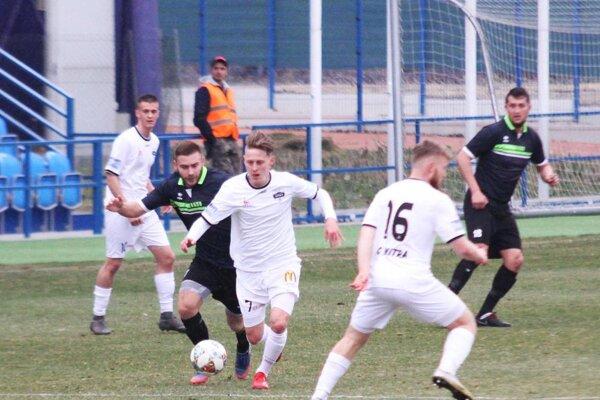 Rezerva FC Nitra porazila V. Ludince 3:0. Jej prvé dva góly strelili Ondrej Vrábel (v bielom zľava) a Šimon Štefanec.