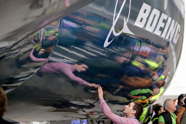 Akcie spoločnosti Boeing sa prepadli po tom, čo viaceré spoločnosti vyradili z prevádzky stroje Boeing 737 MAX 8.