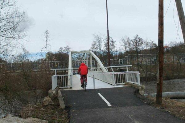 Most cez Hron pri osade Pod Kortínou je už prístupný.
