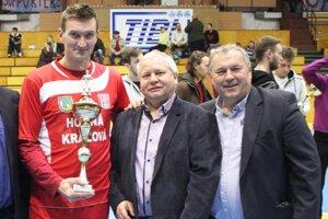 Ladislav Kokeš (vpravo) odovzdal žezlo šéfa KFC Ľubošovi Kollárovi (vľavo). V strede Tibor Rábek.