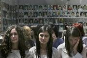 Absolventky školy v Beslane, kde sa v roku 2004 odohrala rukojemnícka dráma.