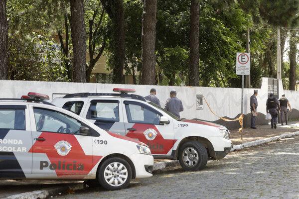 Polícia pri škole v Sao Paule, v ktoej po streľbe zahynuli ľudia.