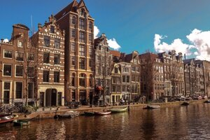 Amsterdam a typický kanál v uliciach.