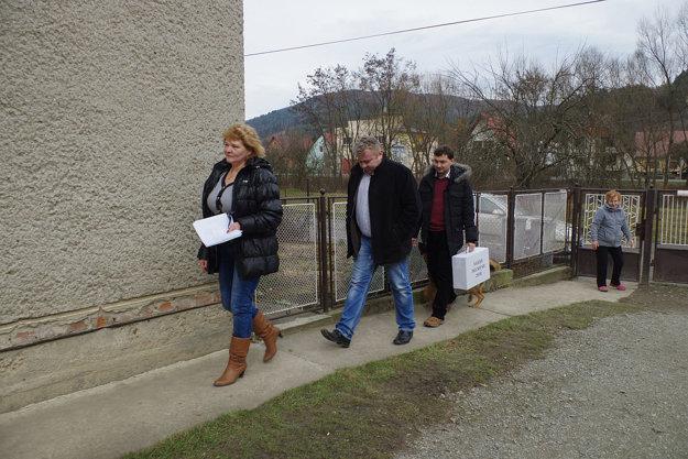 Členovia volebnej komisie sa vybrali za pani Julianou s prenosnou urnou aj tento rok.