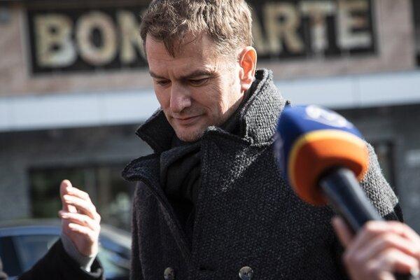 Poslanec NR SR a predseda strany OĽaNO Igor Matovič pred bytovým komplexom Bonaparte.