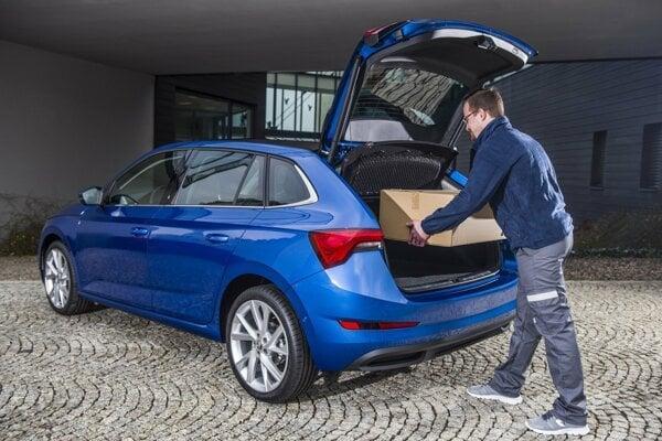Doručovanie zásielky do kufra auta